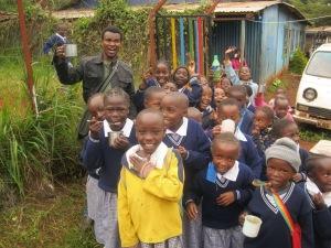 Njenga visita a niños patrocinados por Compassion en Kenia