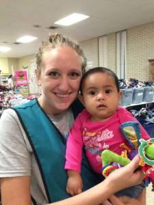 Max, una joven voluntaria con un gran corazón por aquellos en necesidad