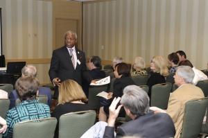 Tope Popoola en una conferencia dirigida a líderes de negocios