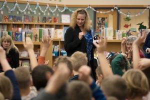 Reji imparte educación en lectura, escritura y expresión oral a miles de estudiantes de primaria en todo Estados Unidos cada año para crear un mundo mejor a través de mejores palabras. Aquí, ella se encuentra con estudiantes de fuera de Milwaukee, Wisconsin en abril, 2015.