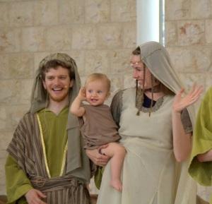 Ariel, Shayla, y su hija Anayah actuando como Boaz, Ruth, y Obed en un evento de alcance evangelístico con la presencia de 120 judíos no creyentes.