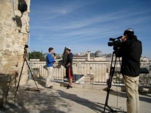 Ariel entrevista a israelíes en la calle, compartiendo el Evangelio con ellos y realizando videos fruto de las entrevistas.