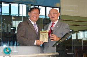 Durante la presentación del libro por el Pastor Francisco Miranda, padre de Wendell.