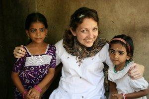 Amber, en uno de sus viajes, con dos pequeñas de la India