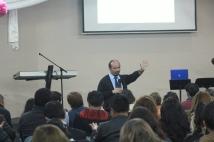 Dr. Terry Casiño durante una de sus conferencias en Quito, Ecuador